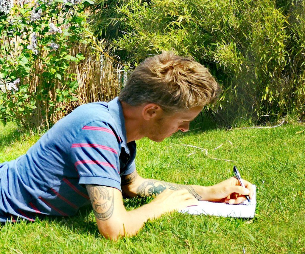 Steven Deschuyteneer Schrijf zelf eens een verhaal hier is het mijne ontwaken gras tuin